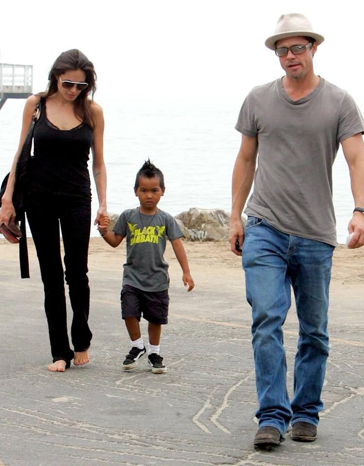 """Nothing wrong with going barefoot on the beach, but Angelina would be wise to throw on her sandals when hitting the street. MBF/<a href=""""http://www.x17online.com"""" target=""""new"""">X17 Online</a> -July 25, 2006"""