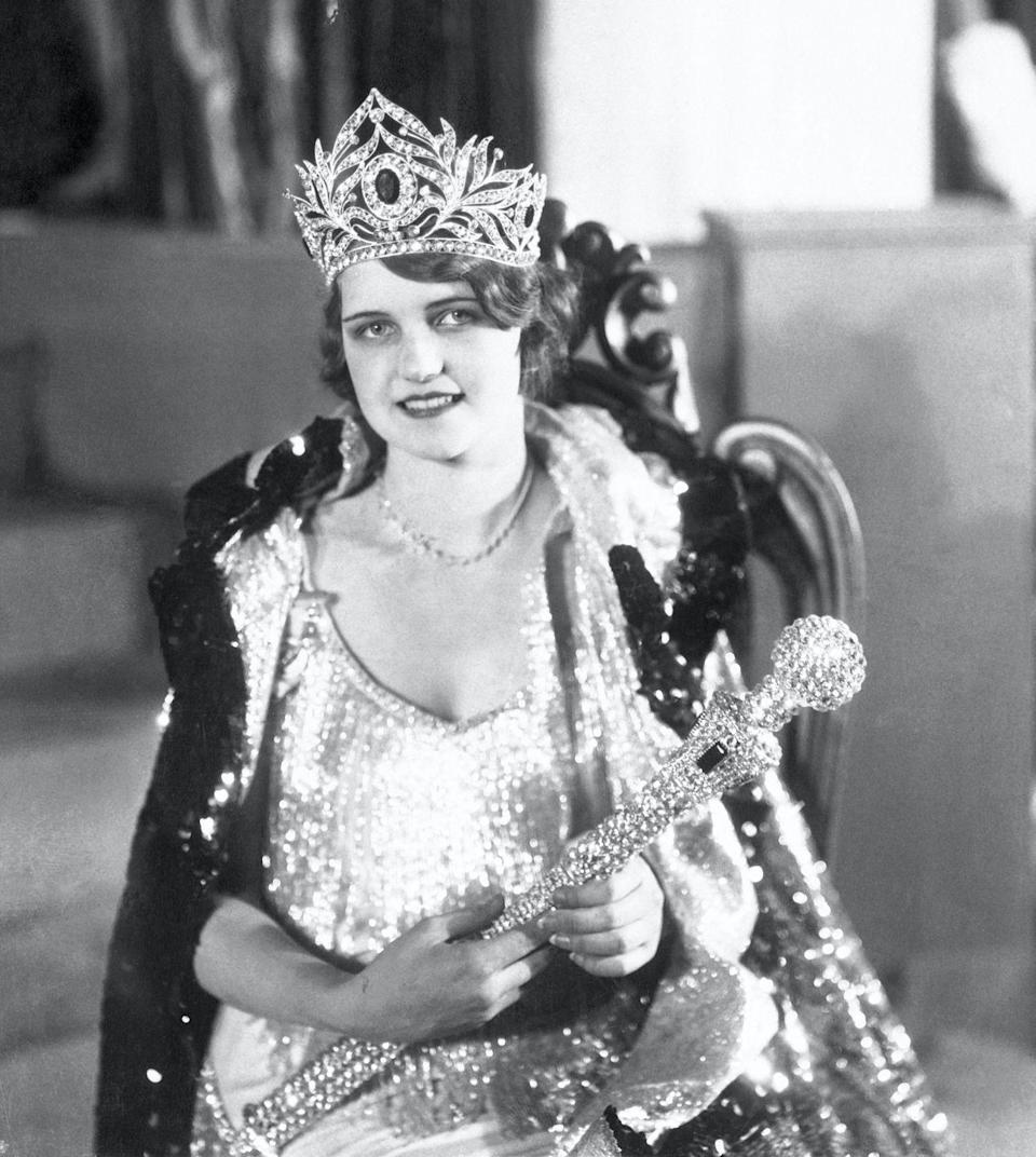 <p>Lois Delander of Illinois looked glamorous in a silver beaded fringe dress for the 1927 Miss America competition.</p>