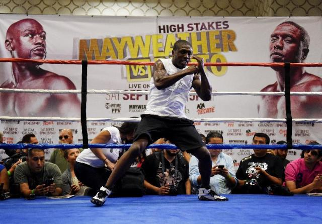 Boxer Andre Berto trains before his September 12 fight against Floyd Mayweather, at the Marriott Hotel in Los Angeles on August 28, 2015 (AFP Photo/Mark Ralston)