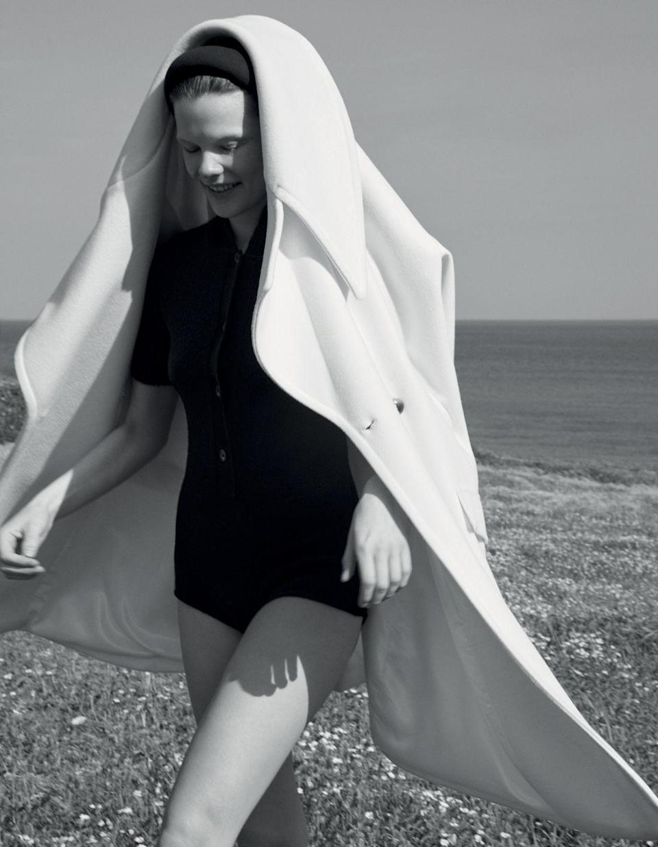 <p>Cappotto con maxi revers, <strong>TWINSET Actitude</strong> (292 euro), romper di maglia, <strong>N°21 by Alessandro Dell'Acqua</strong>, cappello <strong>1 Moncler JW Anderson</strong>.</p>