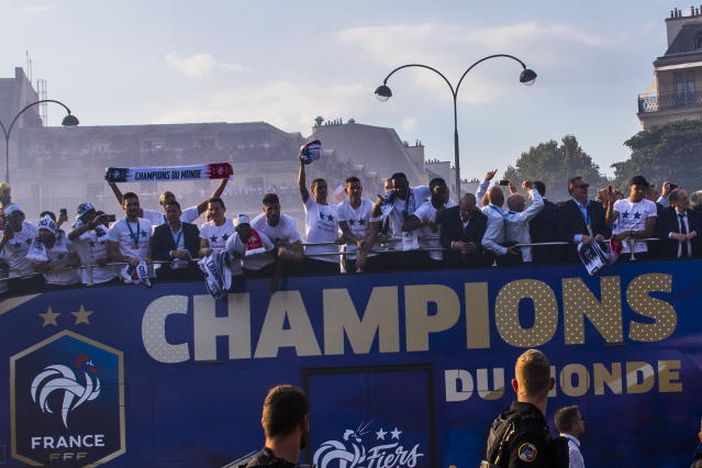 Paris (France), 16/07/2018.- France's national soccer team players are greeted by French supporters as they stand on the rooftop of a bus during a parade down the Champs-Elysee avenue in Paris, France, 16 July 2018. France won 4-2 the FIFA World Cup 2018 final against Croatia in Moscow, on 15 July. (Croacia, Mundial de Fútbol, Moscú, Francia) EFE/EPA/CHRISTOPHE PETIT TESSON