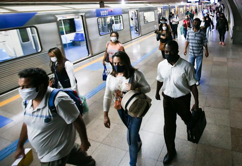SAO PAULO, BRAZIL - MAY 04: Passengers wearing face masks leave a subway car amidst the coronavirus (COVID-19) pandemic on May 4, 2020 in Sao Paulo, Brazil. The use of protective masks against the coronavirus (COVID-19) becomes mandatory in the public transport of Sao Paulo State. The measure applies to the subway, trains, and buses. According to the Brazilian Health Ministry, Brazil has 105.222 positive cases of coronavirus (COVID-19) and a total of 7.288 deaths. (Photo by Alexandre Schneider/Getty Images)