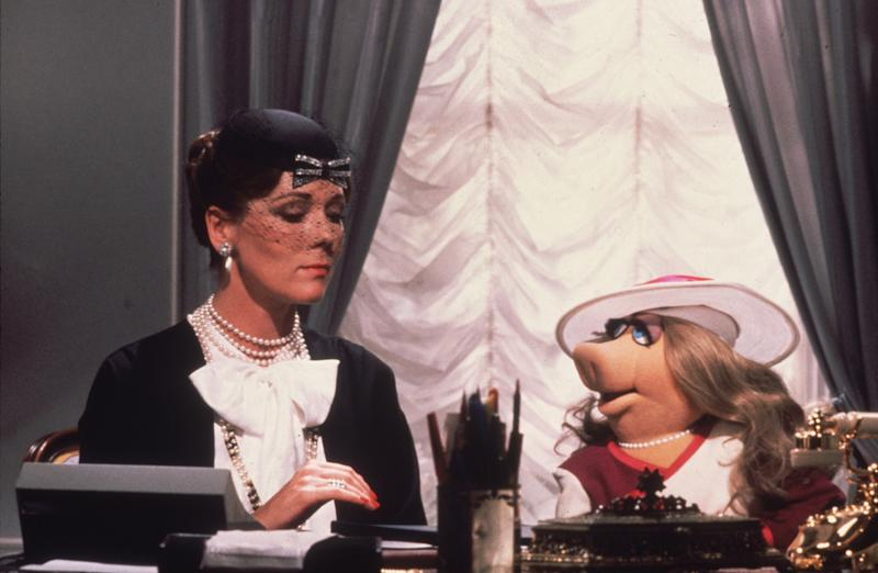 1981: Lady Holiday, played by Diana Rigg, gives instructions to her secretary, Miss Piggy, in Jim Henson's 'The Great Muppet Caper'. (Photo by Hulton Archive/Getty Images)