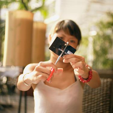Woman-cutting-her-credit-card-in-front-of-camera_web
