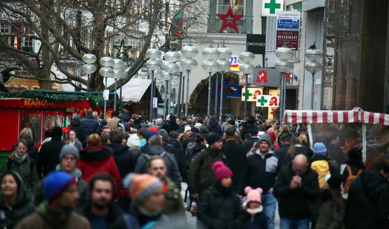 Euro zone shopping plunges at Christmas as growth slows