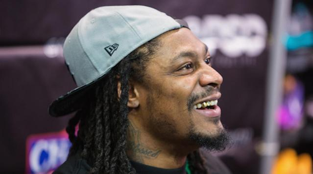 Former Seahawks running back Marshawn Lynch met with the Raiders at Oakland's practice facility Wednesday, according to multiple reports.