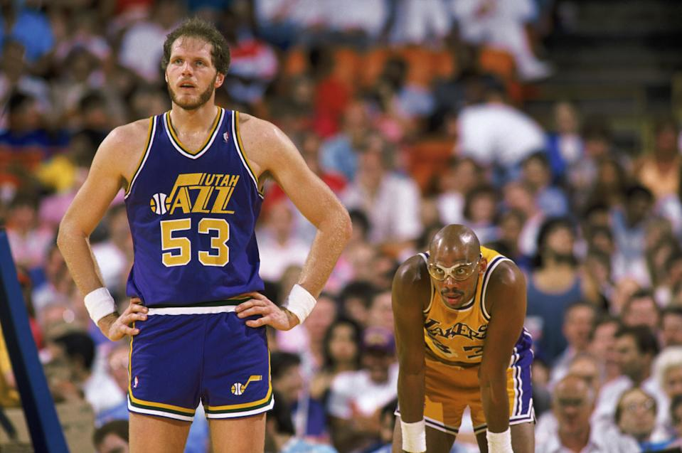 Mark Eaton #53 of the Utah Jazz stands next to Kareem Abdul-Jabbar #33 of the Los Angeles Lakers during an NBA game at The Salt Palace in Salt Lake City, Utah in 1989. (Photo by Mike Powell/Getty Images)