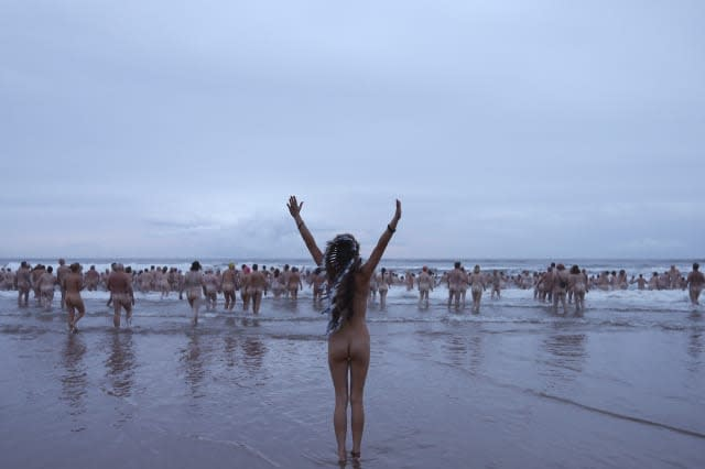 BRITAIN-LIFESTYLE-NUDITY-OFFBEATHundreds strip off for annual skinny dip