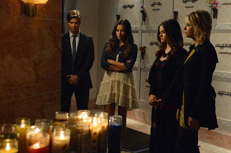 """Pretty Little Liars"" -- ""Dead to Me"" DREW VAN ACKER, SHAY MITCHELL, LUCY HALE, ASHLEY BENSON"
