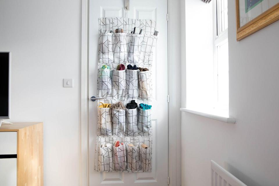 <p>Looking for extra storage options? This hanging 16-pocket door organiser will help you effectively organise your belongings. Whether it's clothing or toys, the individual pockets make it easier than ever to tidy up. </p>