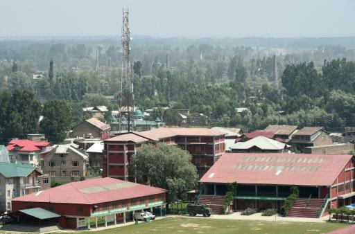Indian soldiers, suspected rebels, clash at Kashmir school