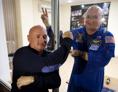 FILE PHOTO: NASA astronaut Scott Kelly (R), member of the 43 International Space Station crew, and his twin brother Mark pose after a news conference at Baikonur cosmodrome March 26, 2015.  REUTERS/Maxim Zmeyev/File Photo