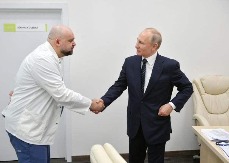 Putin met Denis Protsenko, the head of Moscow's new hospital treating coronavirus (COVID-19) patients, during his visit (AFP Photo/Alexey DRUZHININ)