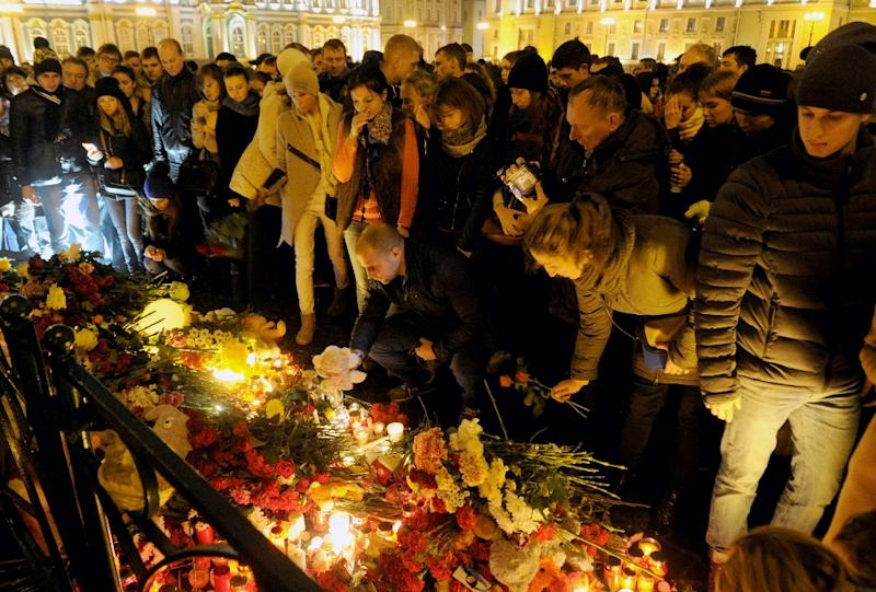 People light candles and place flowers in central Saint Petersburg on November 1, 2015, in memory of the victims of a flight KGL 9268 crash (AFP Photo/Olga Maltseva)