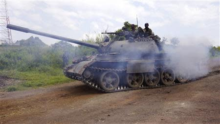 A Congolese army tank moves into position as they advance against the M23 rebels in Kibumba, north of Goma October 27, 2013. REUTERS/Kenny Katombe