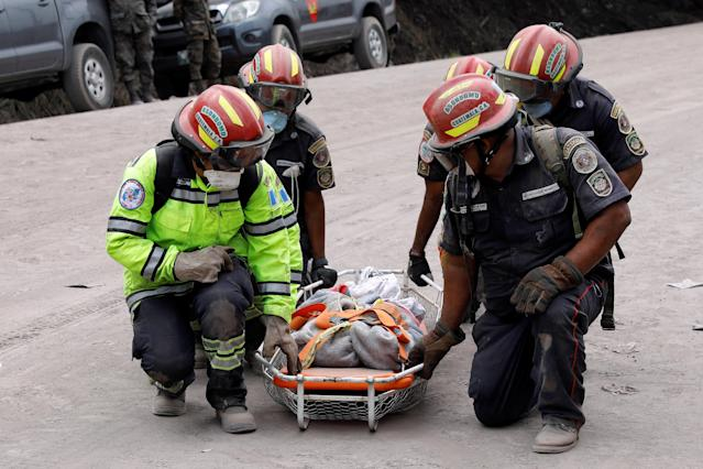 <p>Firefighters take a pause while carrying skeleton remains found at a house during the search in the area affected by the eruption of the Fuego volcano in San Miguel Los Lotes in Escuintla, Guatemala, June 6, 2018. REUTERS/Carlos Jasso – RC1B3D4E5F60 </p>
