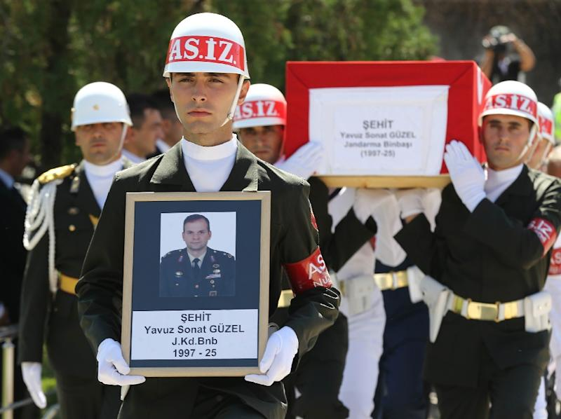 Turkish soldiers carry the coffin of Turkish Major Yavuz Sonat Guzel, killed in a Kurdistan Workers' Party (PKK) attack in the eastern province of Tunceli, during a funeral ceremony in the Kocatepe Mosque in Ankara, on September 27, 2015 (AFP Photo/Adem Altan)