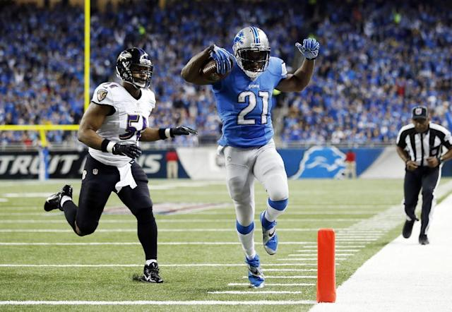 Detroit Lions running back Reggie Bush (21) scores ahead of Baltimore Ravens inside linebacker Daryl Smith (51) for a 14-yard touchdown during the first quarter of an NFL football game in Detroit, Monday, Dec. 16, 2013. (AP Photo/Rick Osentoski)