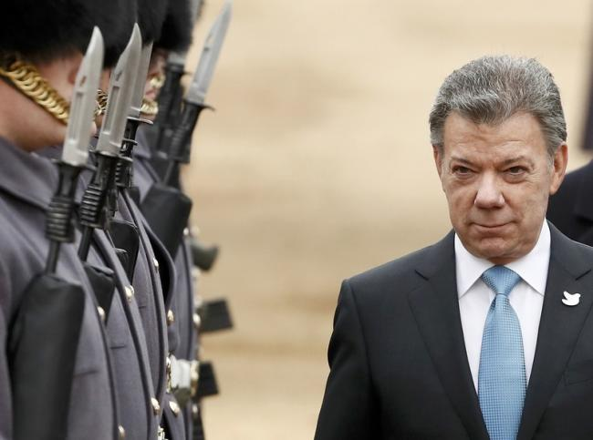 Colombia's President Juan Manuel Santos inspects an honour guard during his ceremonial welcome at Horse Guards Parade, in central London, Britain November 1, 2016. REUTERS/Stefan Wermuth