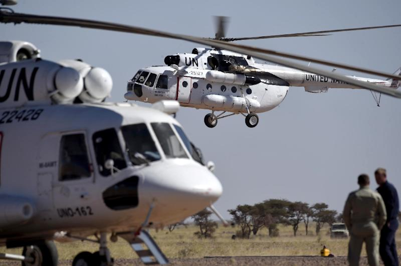 The helicopter of UN chief Ban Ki-moon lands at a base in Bir-Lahlou, in the disputed territory of Western Sahara, on March 5, 2016 (AFP Photo/Farouk Batiche)
