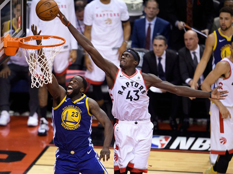 Pascal Siakam, alero de los Raptors de Toronto, bloquea un disparo de Draymond Green, de los Warriors de Golden State, en el primer partido de la Final de la NBA, el jueves 30 de mayo de 2019 (Nathan Denette/The Canadian Press via AP)
