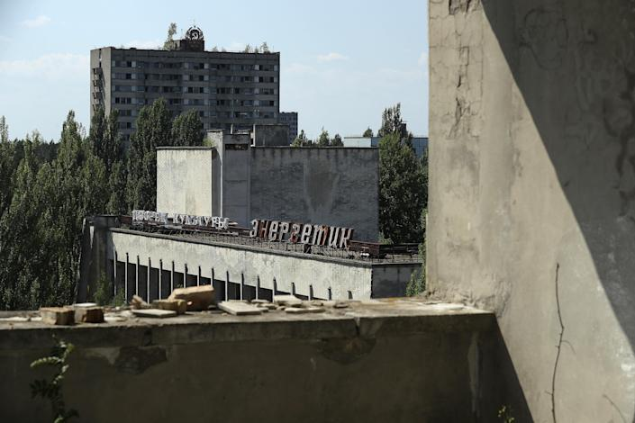 <p>Buildings stand in the abandoned city of Pripyat near the Chernobyl nuclear power plant on Aug. 18, 2017, in Pripyat, Ukraine. (Photo: Sean Gallup/Getty Images) </p>