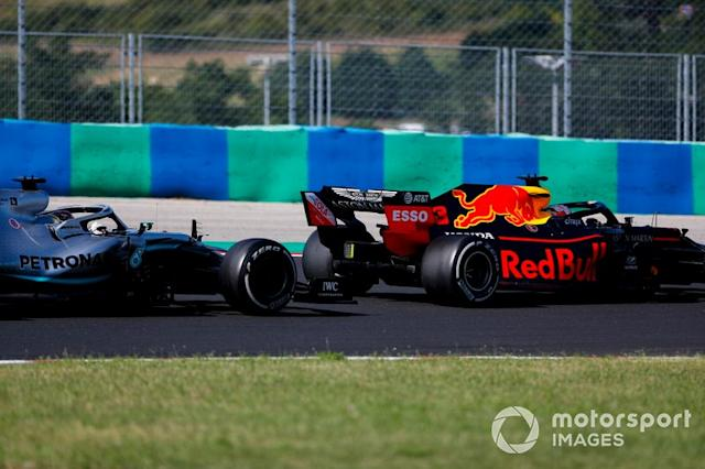 "Max Verstappen, Red Bull Racing RB15, lidera a Lewis Hamilton, Mercedes AMG F1 W10 <span class=""copyright"">Sam Bloxham / LAT Images</span>"