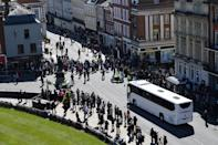 <p>Police control the traffic on the road for a bus outside Windsor Castle ahead of the funeral. (Getty)</p>
