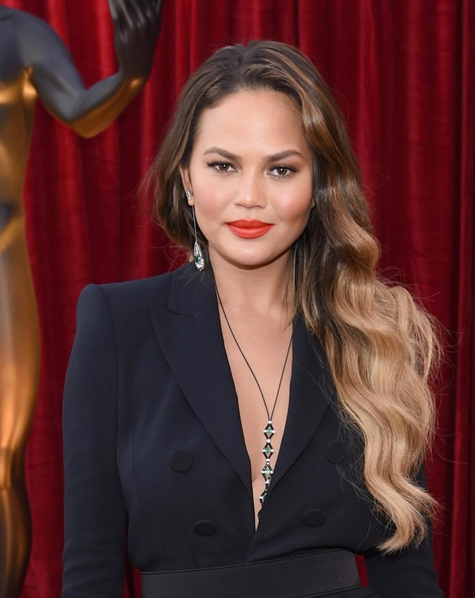 <p>Can Chrissy Teigen do no wrong? The model looked simply stunning with her bold coral lip and perfectly highlighted hair styled into bouncy curls. [Photo: Getty] </p>