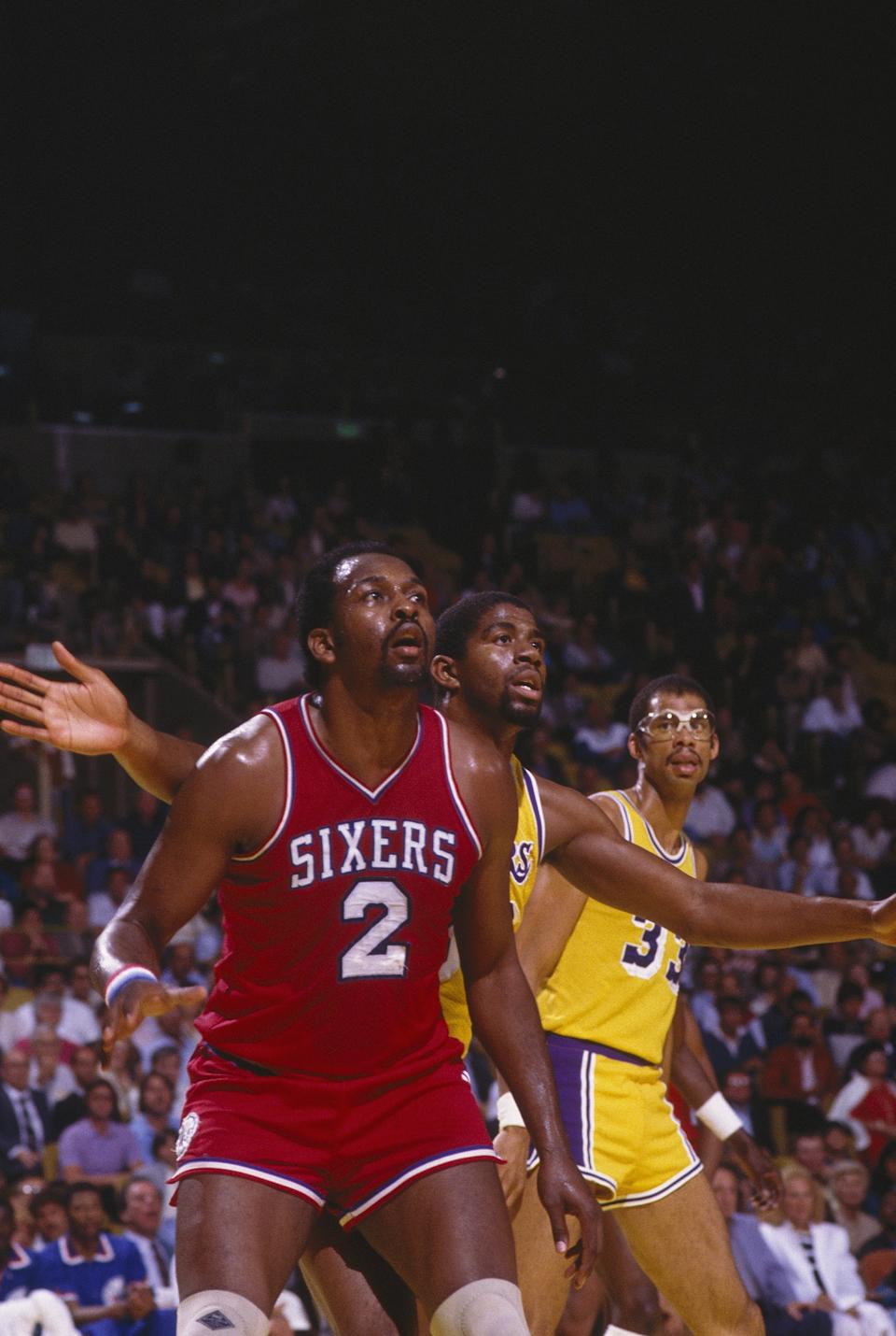 Moses Malone(紅衣2號)的交易為費城76人拿下冠軍。(Photo by Focus on Sport via Getty Images)