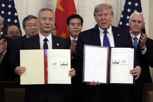 Donald Trump signs a trade agreement with Liu He