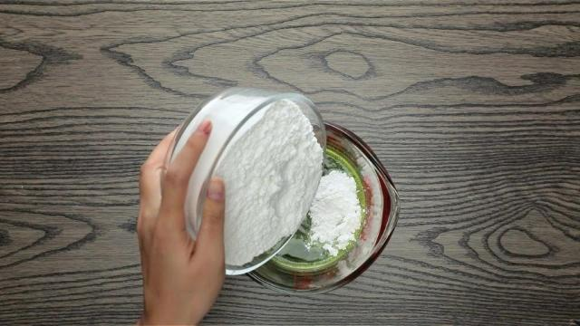 Pouring flour into pandan extract in measuring jug