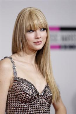 Singer Taylor Swift arrives at the 2010 American Music Awards in Los Angeles November 21, 2010.