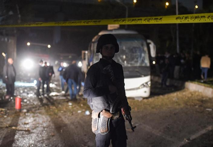 A member of the Egyptian security forces stands guard at the scene of an attack on a tourist bus in Giza province south of the Egyptian capital Cairo, on December 28, 2018 (AFP Photo/MOHAMED EL-SHAHED )