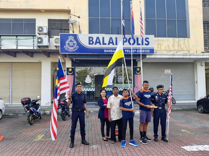 Ragu Rajamani (2nd right) and his son Surya (3rd right) before being flagged-off at the Danga Bay police station in Danga Bay, Johor Baru August 20, 2018. — Picture by Ben Tan