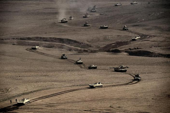 A convoy of tanks and armoured vehicles of the Iraqi army's 34th brigade advances near Talul al-Atshana, on the southwestern outskirts of Mosul, on February 27, 2017 (AFP Photo/ARIS MESSINIS)