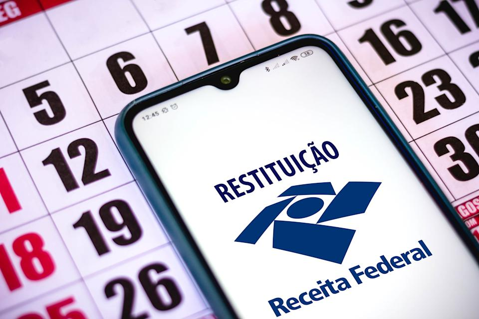 BRAZIL - 2020/12/23: In this photo illustration the Receita Federal (Restituição) logo seen displayed on a smartphone. (Photo Illustration by Rafael Henrique/SOPA Images/LightRocket via Getty Images)