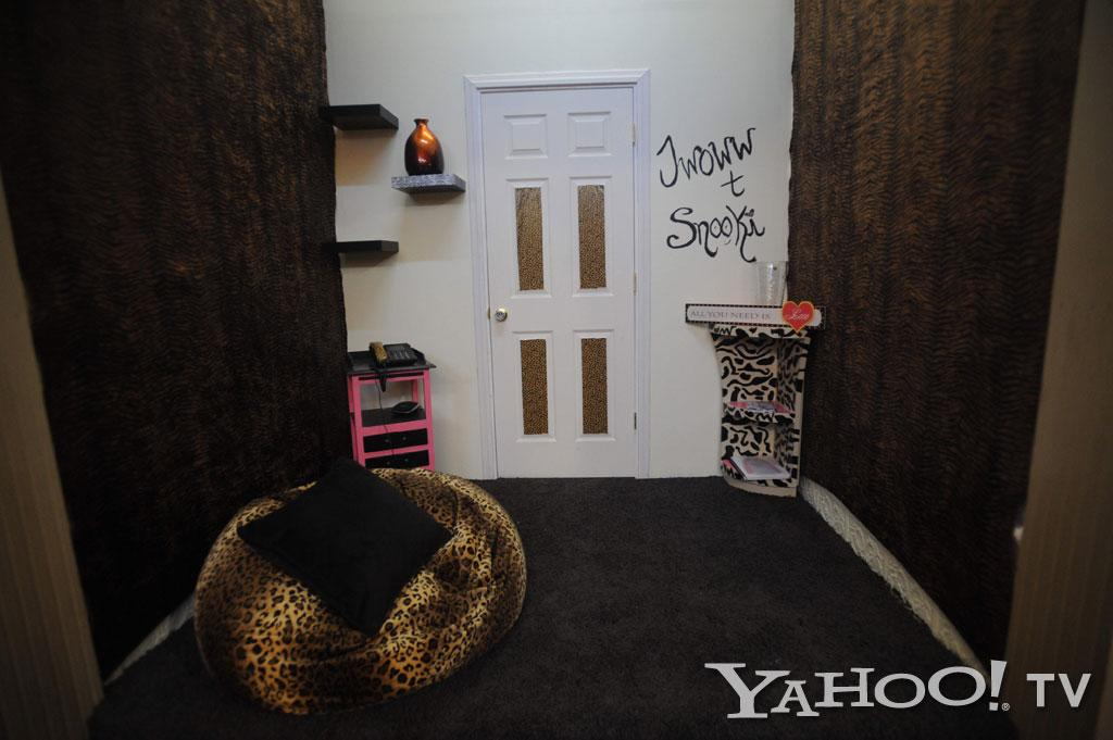 "This nook between Nicole and Jenni's bedrooms is the phone room, where we're sure will be the site of many tear-filled exchanges between the girls and the men in their lives.<br><br><a href=""http://tv.yahoo.com/photos/snooki-and-j-woww-1338597654-slideshow/"">See more ""Snooki & JWoww"" photos</a>"