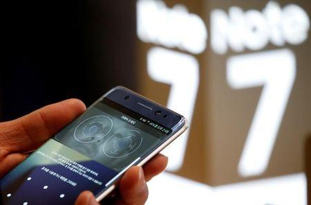 A customer tries out a Samsung Electronics' Galaxy Note 7 at the company's headquarters in Seoul