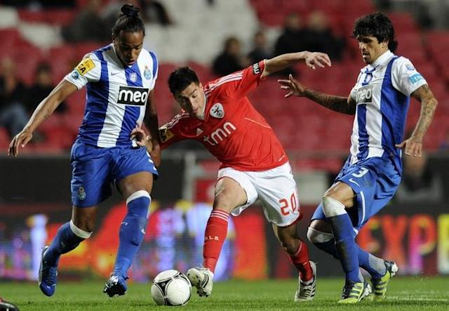 Benfica's Argentinian forward Nicolas Gaitan (C) vies with Porto's midfielder Freddy Guarin (L) and Porto´s Argentinian midfielder Lucho Gonzales (R) during their Portuguese Liga Cup football match at Luz Stadium in Lisbon on March 20, 2012. (Photo by Francisco Leong /AFP/Getty Images)