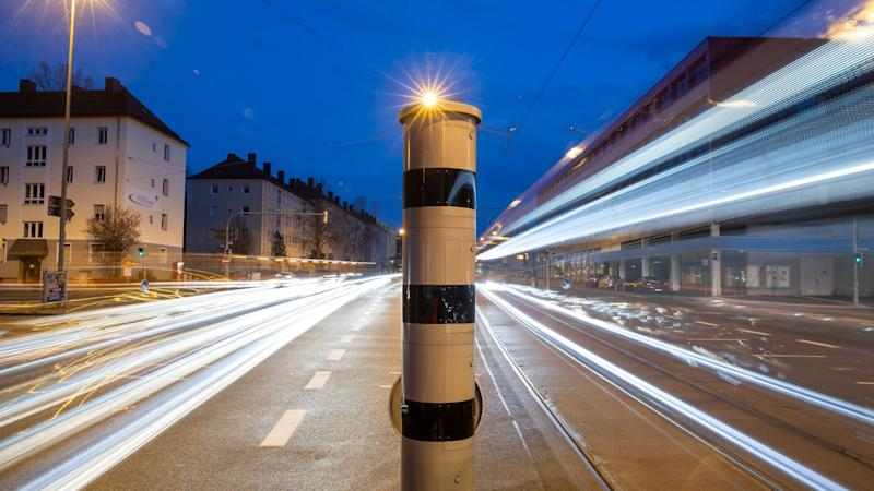A flash column with combined monitoring of red light and speed at a traffic light crossing.
