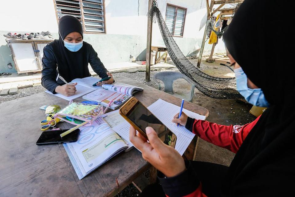 The Rakan Tutor team discovered that on average, a prolonged period of remote learning comes at a cost to students, with an estimated loss of 0.9 years of learning after seven months of school closure.  — Picture by Sayuti Zainudin