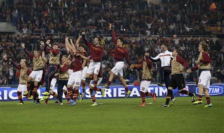 AS Roma's players celebrate at the end of their Italian Serie A soccer match against Chievo Verona at the Olympic stadium in Rome October 31, 2013. REUTERS/Max Rossi