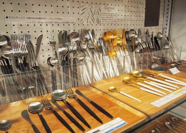 Cutlery made by the Portuguese tableware brand Cutipol. Prices range between 900 yen (black and silver coffee spoons) and 3,500 yen (white and gold dessert knives) depending on color and design