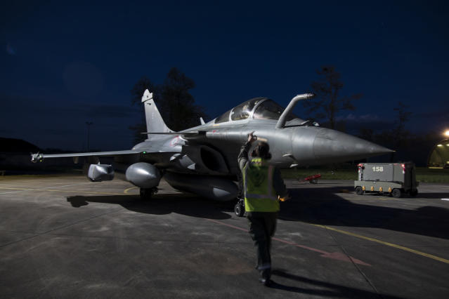 <p>A crewman directs a Dassault Rafale fighter aircraft before taking off from Saint Dizier airbase, eastern France, for an airstrike in Syria, April 14, 2018. (Photo: French Defense Ministry/ECPAD via AP) </p>