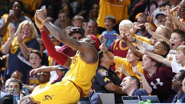 LeBron James implored to stay with Cavaliers via message on merchandise
