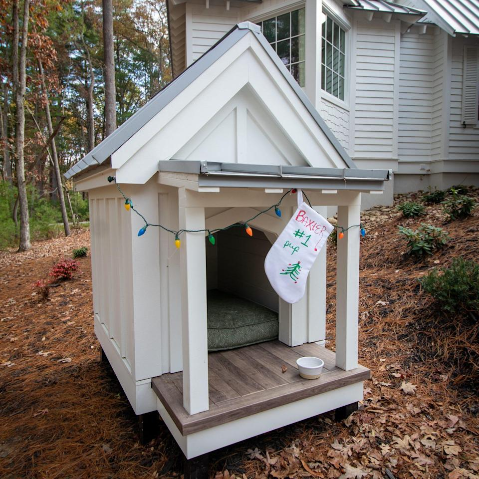 """<p>Deck the halls at the doghouse too. Beau Clowney Architects modeled The Ramble Doghouse after the main home (plus, it's a <a href=""""https://houseplans.southernliving.com/projects/SL2053"""" rel=""""nofollow noopener"""" target=""""_blank"""" data-ylk=""""slk:house plan"""" class=""""link rapid-noclick-resp"""">house plan</a>). </p>"""