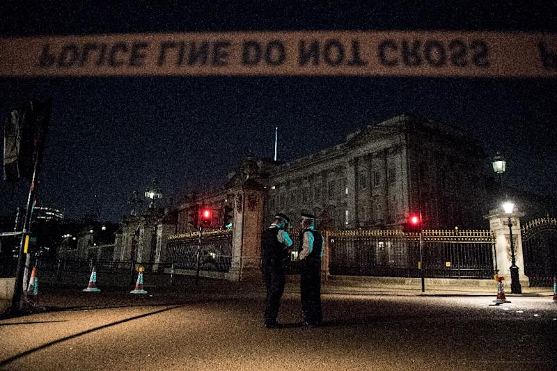 Police officers stand guard at a police cordon next to Buckingham Palace following an incident where a man armed with a knife was arrested outside the palace following a disturbance in London on August 26, 2017