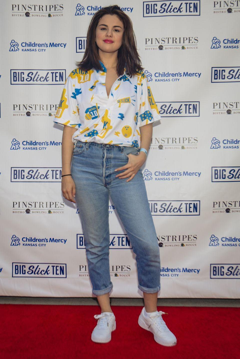 <p>Take ya man's shirt and tuck it into your go-to pair of high rise jeans, like Selena Gomez. </p>