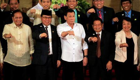 Philippine President Rodrigo Duterte (C) with Moro Islamic Liberation Front (MILF) chairperson Al Haj Murad Ebrahim (2nd from L), Jesus Dureza (L), Secretary of Peace Process, Ghazali Jaafar (2nd from R), MILF vice-chairman and Irene Santiago (R), vice-chairwoman of government peace panel, gesture during a handover of a draft law of the Bangsamoro Basic Law (BBL) in a ceremony at the Malacanang presidential palace in metro Manila, Philippines July 17, 2017. REUTERS/Romeo Ranoco